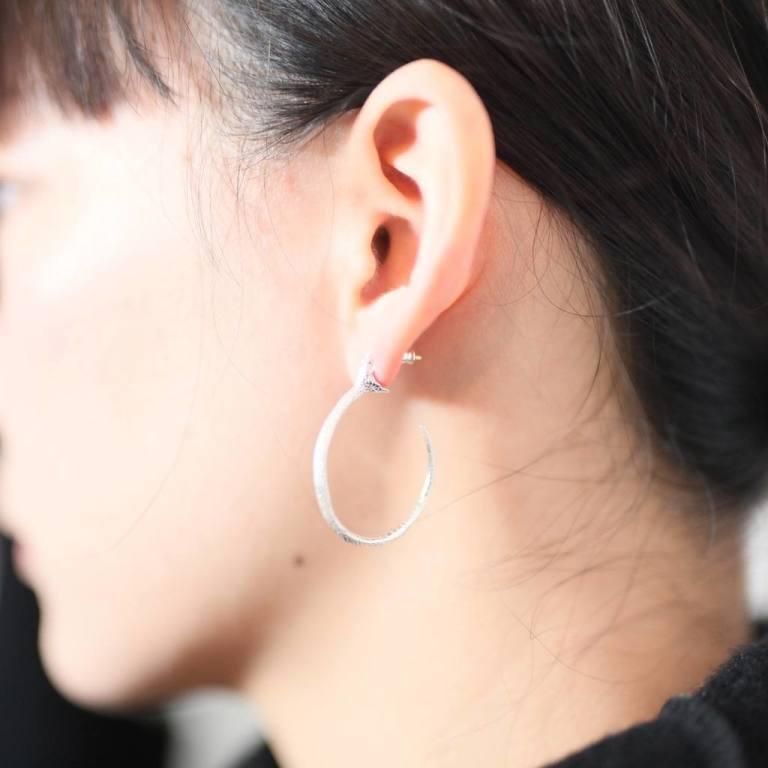 ピアス 左 耳